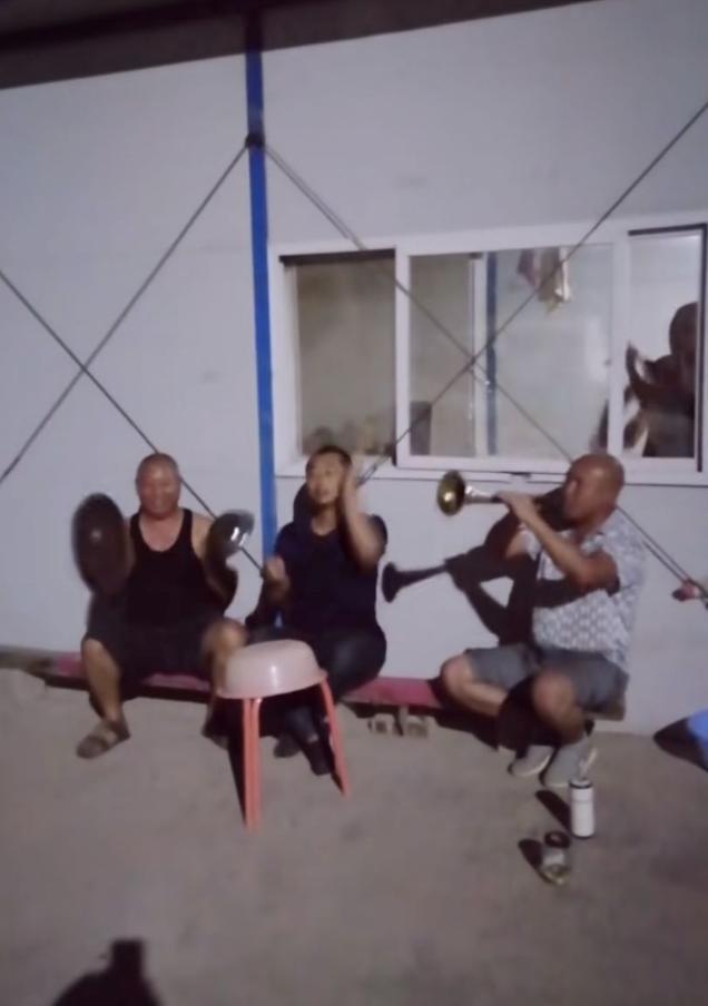 这段农村大爷玩音乐的视频全网爆火,比那些烂大街的神曲好听多了…