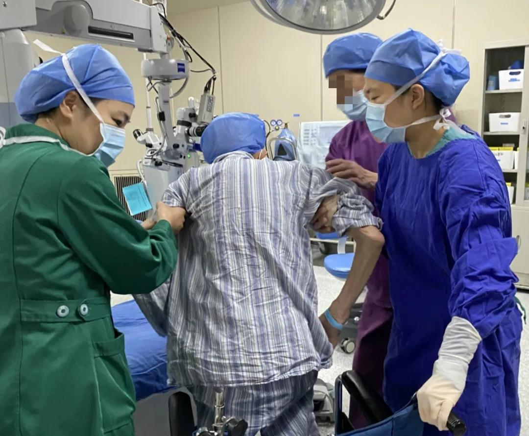 仅十多分钟的白内障手术,让百岁老人重见光明