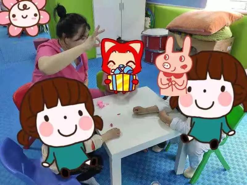 我院康复老师正在给小朋友上集体课