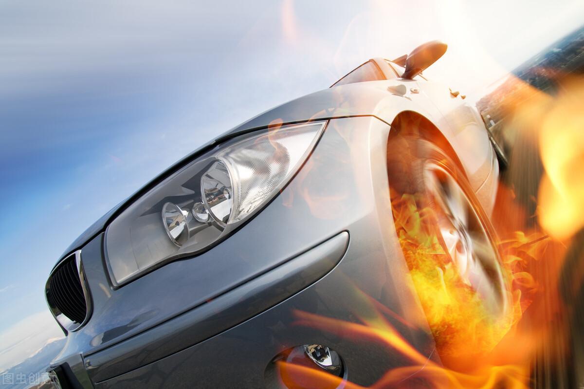 四轮驱动车不知何故起火燃烧 失火原因仍在调查中