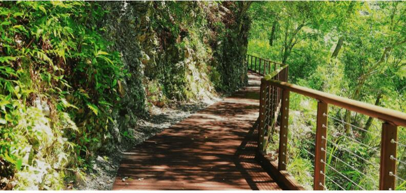 避暑胜地八仙山将升级整建 生态丰富的八仙山国家森林游乐区,有能晴天乘凉、雨天遮雨的绿色走廊,还有可以让亲子戏水、泡脚的亲水区,将于4月起进行整修,将会针对相关设施进行更新,并增设桌椅等让游客有更好的旅