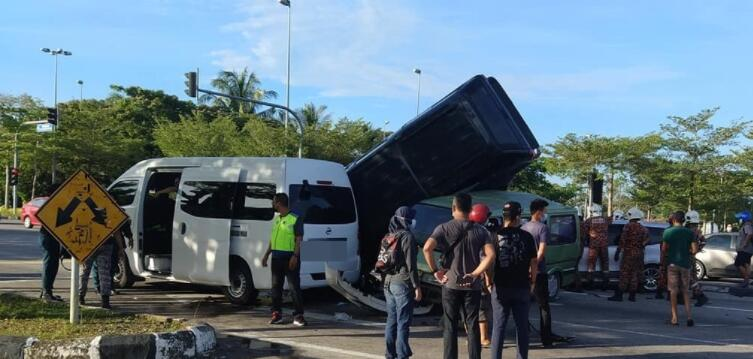闯红灯酿成6车连环撞 致1死2伤